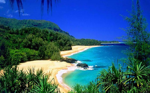 Lumahai Beach – A Beautiful Beach with Treacherous Waters in Kauai, Hawaii
